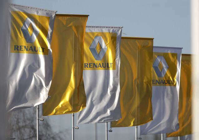 Renault-Logo auf den Flaggen vor der Geschäftsstelle in Strasbourg