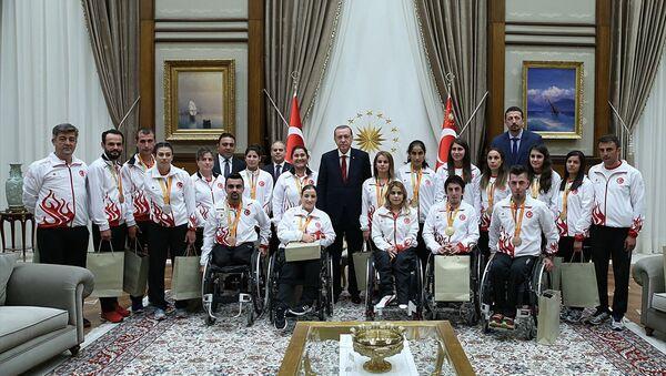Cumhurbaşkanı Erdoğan,  Rio 2016 Paralimpik Olimpiyatları'nda madalya kazanan sporcularla - Sputnik Türkiye