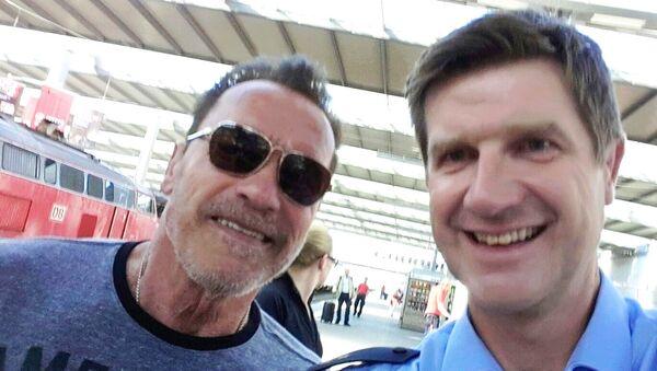 Schwarzenegger, istasyon polisi ile selfie - Sputnik Türkiye