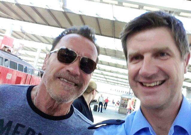 Schwarzenegger, istasyon polisi ile selfie