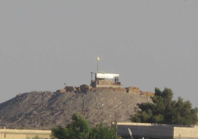 PYD, Tel Abyad'da mevzi kurdu, bayrak çekti