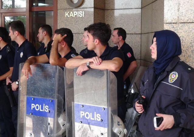 Polisin kılık ve kıyafet yönetmeliğinin değiştirilmesinin ardından ilk başörtülü kadın polis İzmir'de adliye önünde görüntülendi.