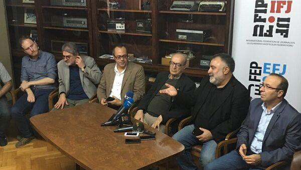 Türkiye Gazeteciler Sendikası (TGS), DİSK Basın-iş ve Türkiye Gazeteciler Cemiyeti (TGC) başkanları 12 televizyon ve 11 radyonun yöneticileriyle birlikte, bugün toplanan Bakanlar Kurulu'na seslenerek kapatma kararlarının geri alınmasını istediler. - Sputnik Türkiye