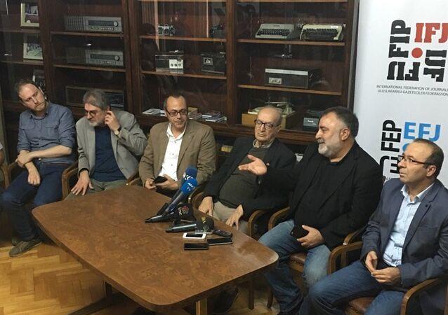 Türkiye Gazeteciler Sendikası (TGS), DİSK Basın-iş ve Türkiye Gazeteciler Cemiyeti (TGC) başkanları 12 televizyon ve 11 radyonun yöneticileriyle birlikte, bugün toplanan Bakanlar Kurulu'na seslenerek kapatma kararlarının geri alınmasını istediler.