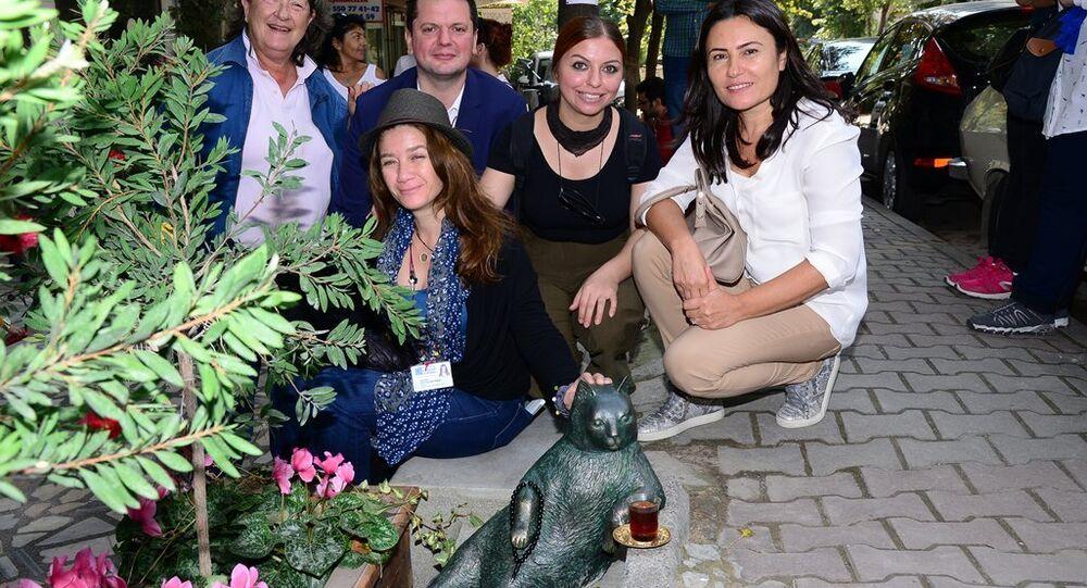 Kedi Tombili'nin heykelinin açılışı için yapılan törene, heykel için imza veren hayvan dostları da katıldı.