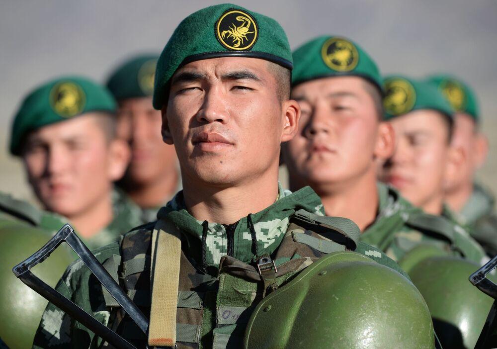 Kolektif Güvenlik Antlaşması Örgütü'ne üye ülkeler Çevik Kuvvetler Gücünün Kırgızistzn'da yapılan Rubej-2016 adlı ortak taktik tatbikata katılan Kırgızistan asker görevliler