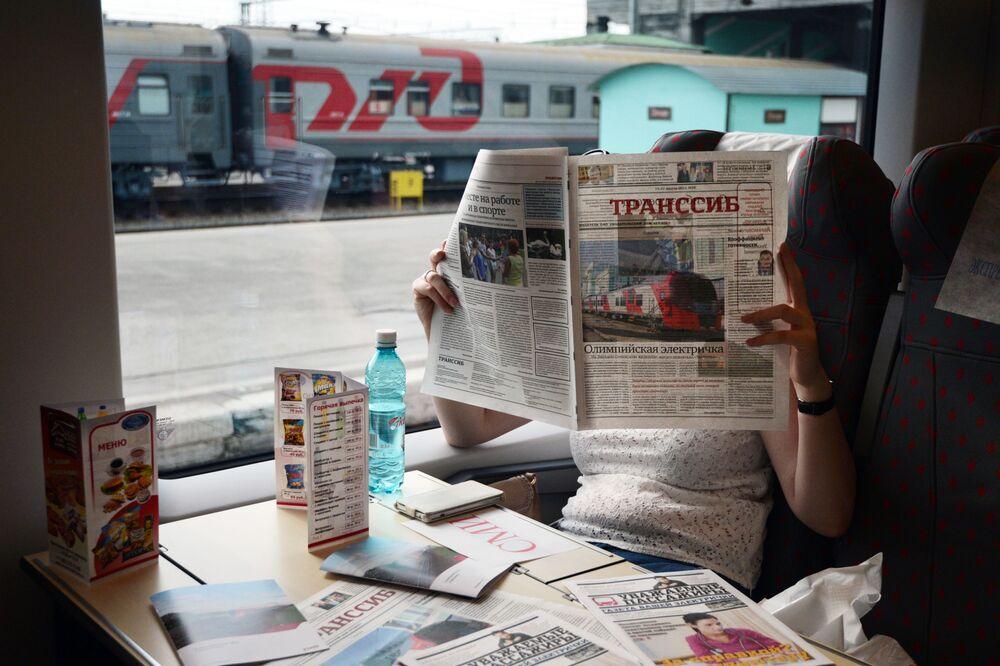 Lastoçka (Kırlangıç) trenin yolcusu Transsib gazetesini okuyor.