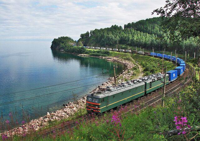 VL 85-022 tipi konteyner treni Baykal gölü kıyısında.