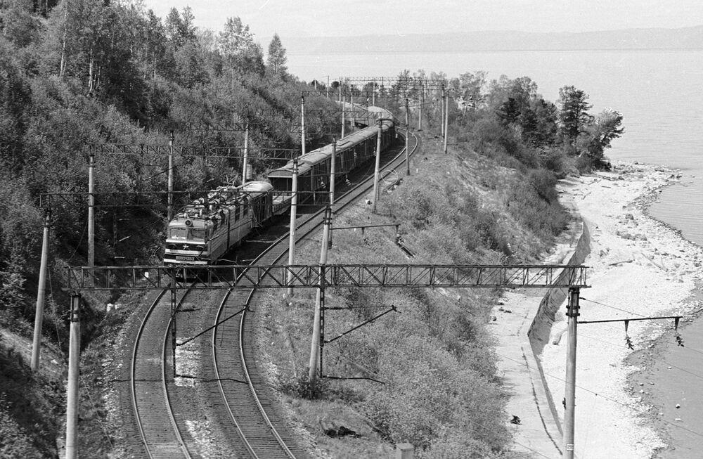 Tren Baykal gölülün kıyısından geçiyor.