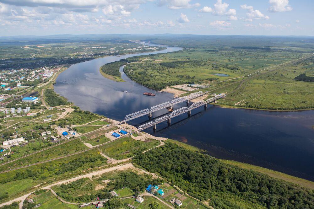Amur bölgesi Bureyskiy ilçesindeki Bureya nehri üzerinde demir yolu köprüleri.