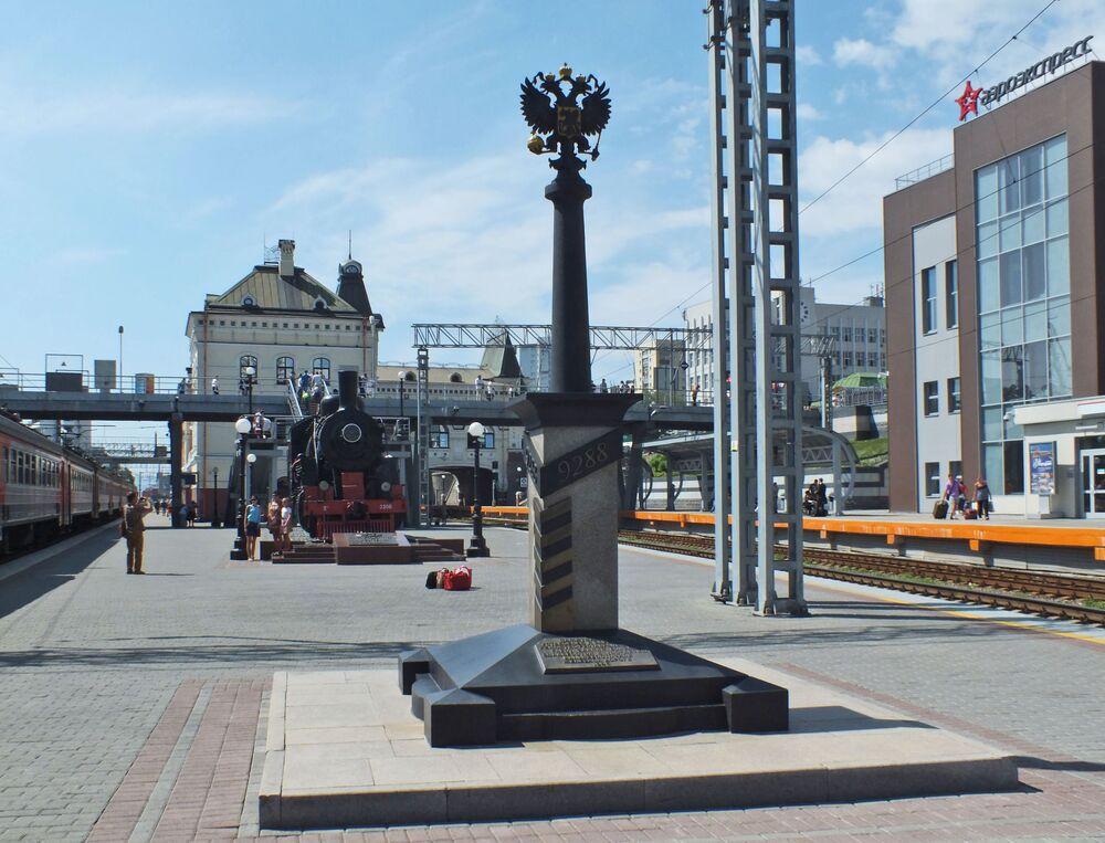 Vladivostok şehrindeki 9288 numaralı milepost, Trans-Sibirya  demir yolu sonunun simgesidir.