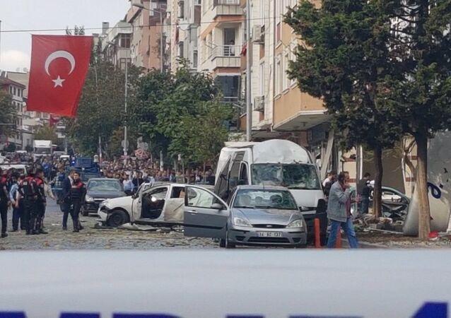 Bahçelievler ilçesindeki polis merkezinin yakınında patlama meydana geldi.