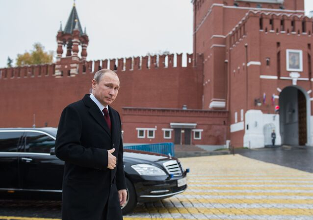 Rusya Devlet Başkanı Vladimir Putin, Kızıl Meydanındaki Kuzma Minin ve Dmitri Pojarskiy anıtlarına çiçek koyma törenini bekliyor.