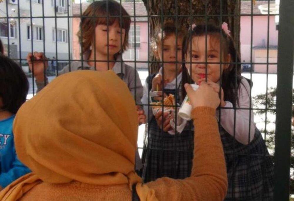 Okulda tel örgüler arasında yemek saati