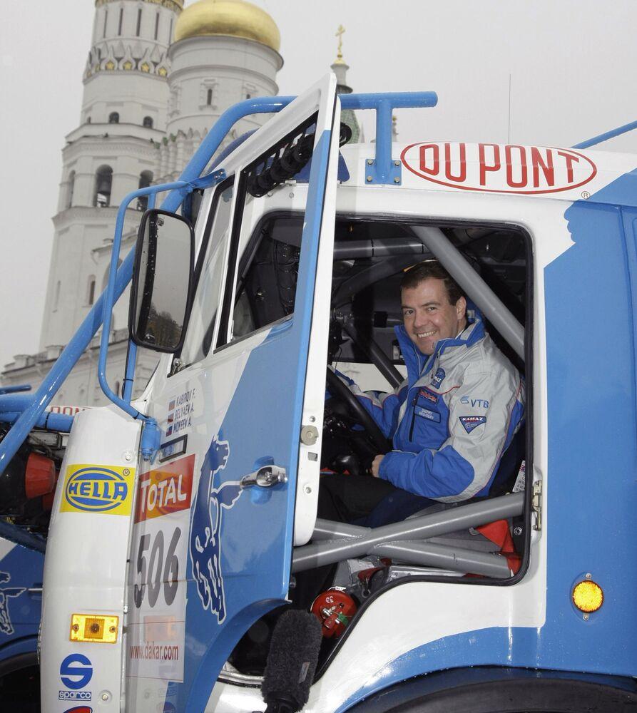 Rusya Başbakanı Dmitriy Medvedev, Rus yapımı KamAZ aracında.