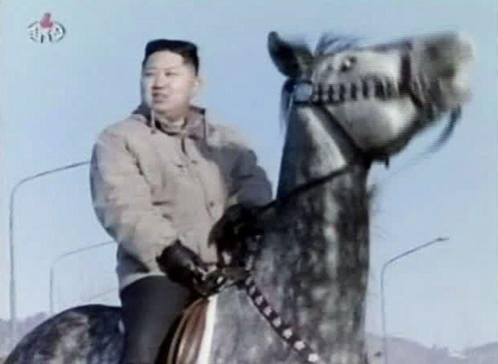 Kuzey Kore lideri Kim Jong-un at binerken.