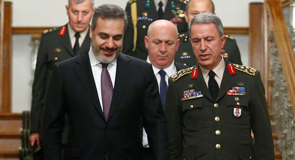Görüşme sırasında MİT Müsteşarı Hakan Fidan ve Genelkurmay Başkanı Hulusi Akar da Mabeyn Köşkü'nde hazır bulundu.