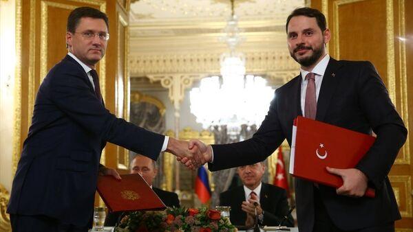 Cumhurbaşkanı Recep Tayyip Erdoğan ile Rusya Devlet Başkanı Vladimir Putin, Mabeyn Köşkü'nde bir araya geldi. Erdoğan ve Putin, görüşmenin ardından ortak basın toplantısı düzenledi. Toplantıda, Türk Akımı anlaşması, Türkiye Cumhuriyeti Enerji ve Tabii Kaynaklar Bakanı Berat Albayrak (sağda) ve Rus Enerji Bakanı Aleksandr Novak (solda), tarafından imzalandı. - Sputnik Türkiye