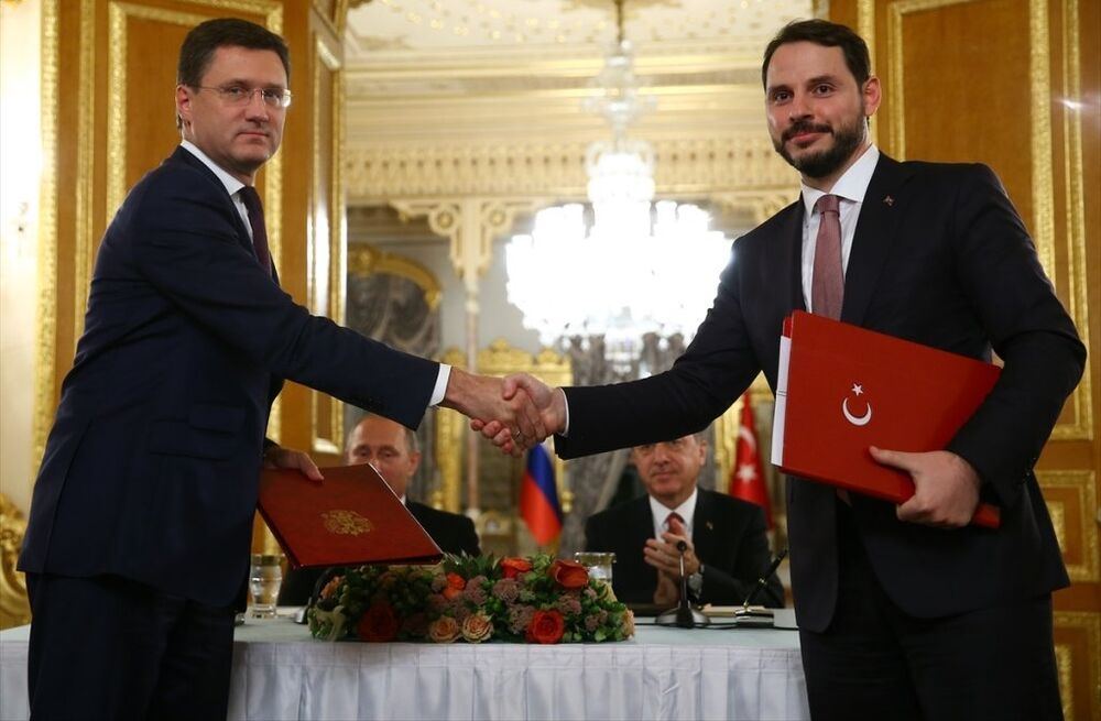 Cumhurbaşkanı Recep Tayyip Erdoğan ile Rusya Devlet Başkanı Vladimir Putin, Mabeyn Köşkü'nde bir araya geldi. Erdoğan ve Putin, görüşmenin ardından ortak basın toplantısı düzenledi. Toplantıda, Türk Akımı anlaşması, Türkiye Cumhuriyeti Enerji ve Tabii Kaynaklar Bakanı Berat Albayrak (sağda) ve Rus Enerji Bakanı Aleksandr Novak (solda), tarafından imzalandı.