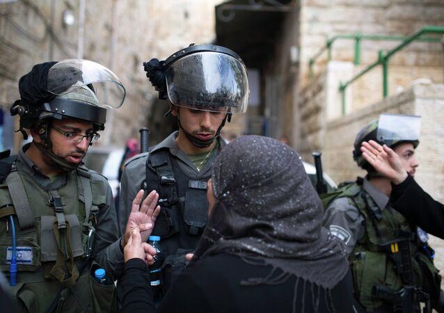 İsrail askerleri ve Filistinli aile