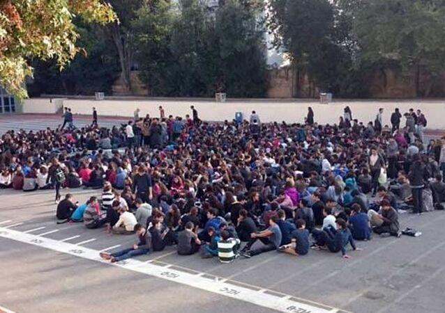 Kadıköy Anadolu Lisesi öğrencileri oturma eylemi