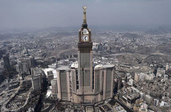 Mekke'de bulunan Abraj Al Bait binası dünyanın en ağır bina, Suudi Arabistan'da ise en yüksek binadır.  Yüksekliği 601 metre olan gökdelen Londra'daki Big Ben saatini benzeyen kocaman saatiyle süslenir. - Sputnik Türkiye