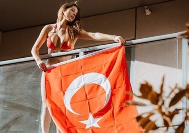 Amanda Cerny, 'yeni bayrağımı asıyorum' diyerek balkonuna astığı Türk bayraklı fotoğraf paylaştı.