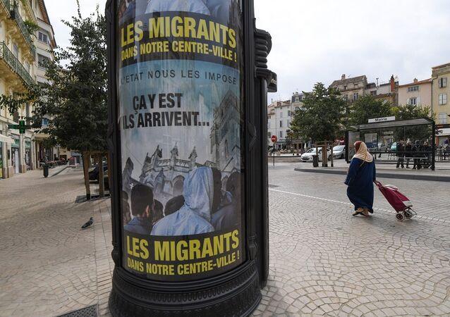 Beziers'teki ırkçı sığınmacı afişleri