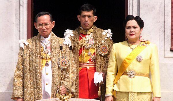 Merhum Tayland Kralı Bhumibol Adulyade, eşi Kraliçe Sirikit ve oğulları Maha Vajiralongkorn - Sputnik Türkiye