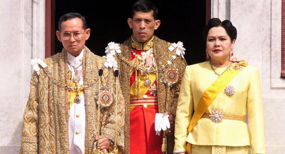 Merhum Tayland Kralı Bhumibol Adulyade, eşi Kraliçe Sirikit ve oğulları Maha Vajiralongkorn