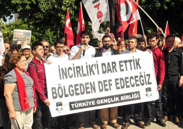 Adana'daki İncirlik 10.Tanker Üs Komutanlığı'nda bir ABD askerinin başına çuval geçirme girişiminde bulunulmasıyla ilgili Türkiye Gençlik Birliği (TGB) üyesi 3 sanığın 12'şer yıl hapis istemiyle yargılandığı davanın ilk duruşması görüldü.