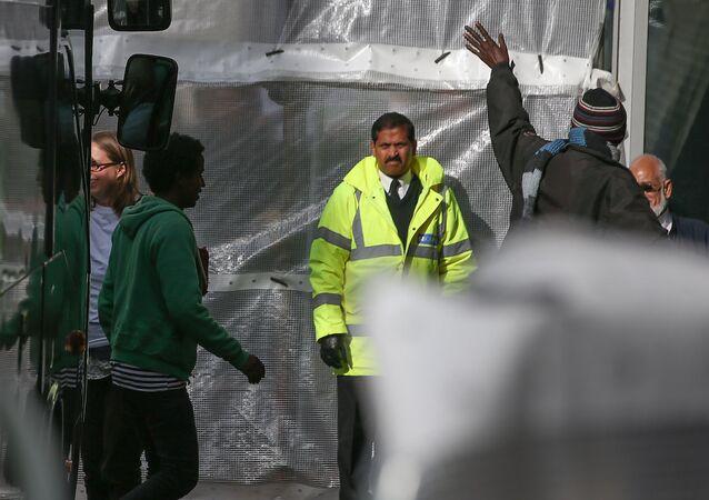 Fransa'dan İngiltere'ye gelen sığınmacıların kabul edildiği merkezin etrafına perde çekildi.