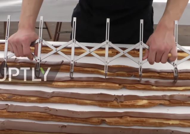 Belçika'nın Verviers kentinde dün 25 usta tarafından dünyanın en uzun çikolatalı ekleri yapıldı.