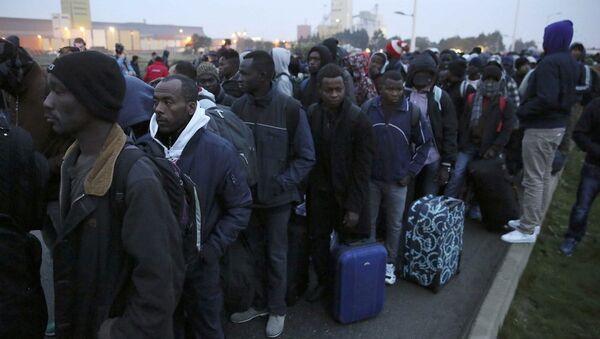 Calais sığınmacı kampının tahliyesi başladı - Sputnik Türkiye