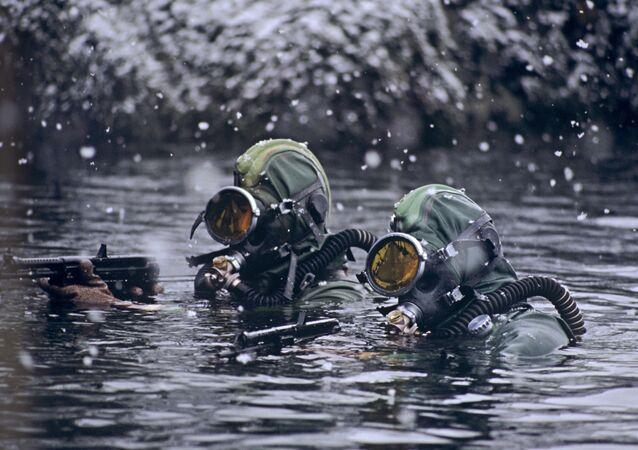 Sualtı Taktik Kuvvetleri askerleri Barents Denizi'nde askeri görevleri yerine getirirken.