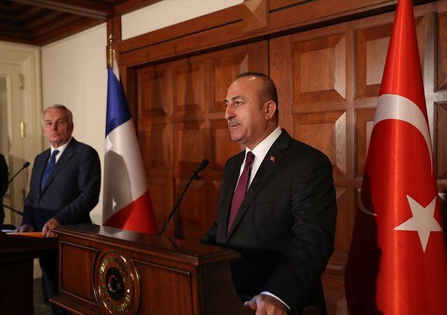 Dışişleri Bakanı Mevlüt Çavuşoğlu, Fransa Dışişleri Bakanı Jean-Marc Ayrault ile Dışişleri Bakanlığı Resmi Konutu'nda görüştü. Görüşmenin ardından iki bakan ortak basın toplantısı düzenledi.