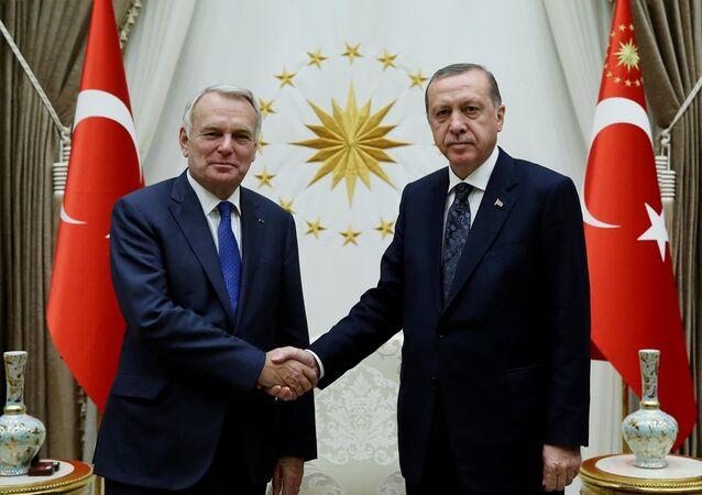 Cumhurbaşkanı Recep Tayyip Erdoğan, Cumhurbaşkanlığı Külliyesi'nde Fransa Dışişleri ve Uluslararası Kalkınma Bakanı Jean-Marc Ayrault'u kabul etti.