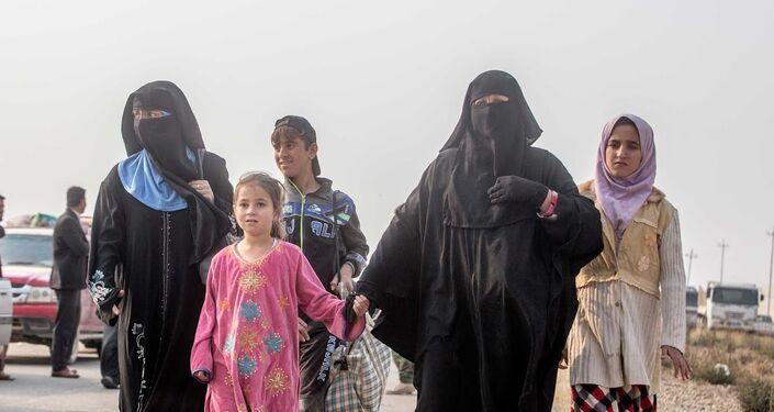 Sivilleri karşılayan Peşmergelerin komutanı General Ceneber Talabani, IŞİD'den alınan Tabzava köyünde 350 Şebek Kürd ailesinin bugün kendilerine sığındığını belirtti.