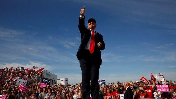 Donald Trump, Florida'da bulunan Million Air Orlando havaalanı hangarında destekçilerine seslendi - Sputnik Türkiye