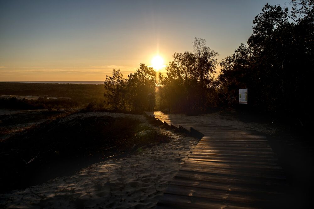 Kaliningrad Bölgesi'ndeki Kuron Dili'nde günbatımı.