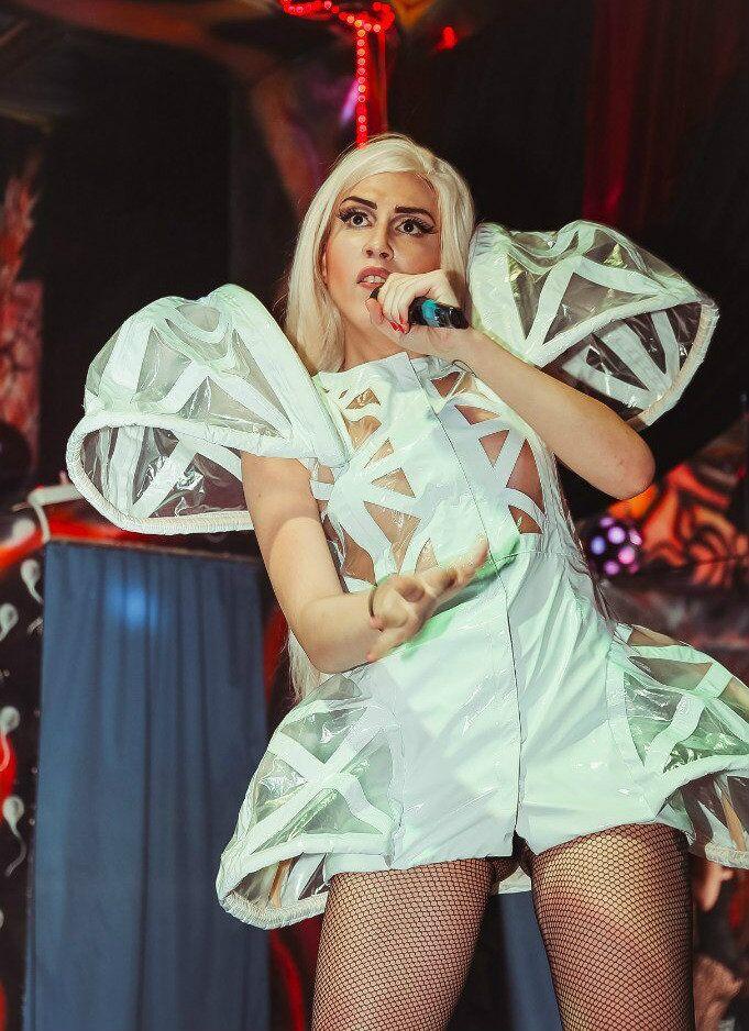 ABD'li şarkıcı Lady Gaga'ya benzerliğiyle 'Rus Lady Gaga' olarak anılan Aleksandra Guseva