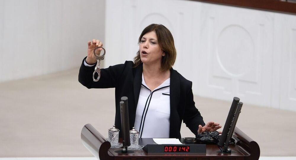 HDP'li Meral Danış Beştaş, Diyarbakır Belediye Başkanı Gültan Kışanak'ın gözaltına alınmasını Meclis Genel Kurulu'na getirdiği 'kelepçe' ile protesto etti.