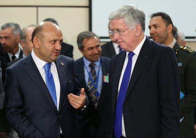 Milli Savunma Bakanı Fikri Işık (solda) ve İngiltere Savunma Bakanı Michael Fallon (sağda) ile NATO Savunma Bakanları Toplantısı öncesi sohbet etti.