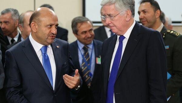 Milli Savunma Bakanı Fikri Işık (solda) ve İngiltere Savunma Bakanı Michael Fallon (sağda) ile NATO Savunma Bakanları Toplantısı öncesi sohbet etti. - Sputnik Türkiye