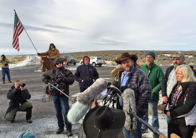 Malheur Yaban Hayatı Koruma Sahası'ndaki işgalin başındaki Ammon Bundy, basın mensuplarıyla konuşuyor