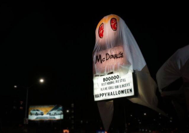 ABD'li fast food zinciri Burger King, 31 Ekim'deki Cadılar Bayramı'nda ezeli rakibi McDonal's 'kılığına girdi'. Markaya ait bir restoran üzerinde McDonald's yazılı bir kostümle hayalet oldu.