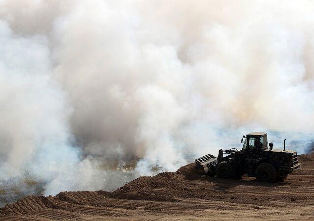 Iraklı güvenlik güçleri Mişvak'taki sülfür yangınını söndürmeye çalışıyor