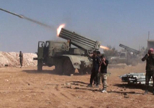 SANA haber ajansı, askeri kaynaklara dayandırdığı haberinde Suriye askerlerinin Suran şehrini ele geçirdiğini açıkladı.    Daha fazla: https://tr.sputniknews.com/video/201610281025523438-suriye-suran-isid/