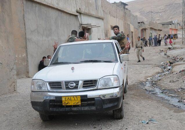 Musul'un 20 kilometre kuzeyindeki Faziliye köyünde IŞİD ile Peşmerge arasında yaşanan çatışmalar nedeniyle köyde yaşayan 4 bin sivil aç ve susuz kaldı.