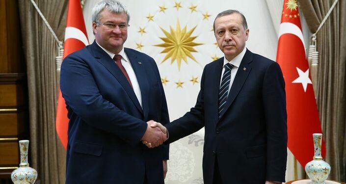 Cumhurbaşkanı Recep Tayyip Erdoğan (sağda), Ukrayna'nın Ankara Büyükelçisi Andrii Sybiha (solda) ve beraberindeki heyeti kabul etti. Cumhurbaşkanlığı Külliyesi'nde gerçekleşen kabulde Büyükelçi Sybiha, Cumhurbaşkanı Erdoğan'a güven mektubunu sundu.